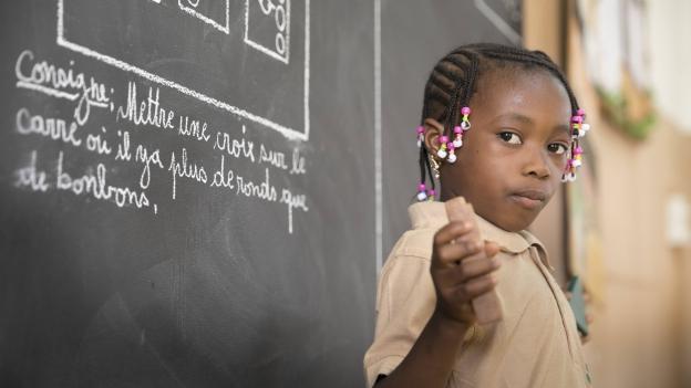 Eine Grundschülerin in Burkina Faso