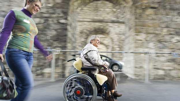 Umstrittene Assistenzbeiträge für Behinderte
