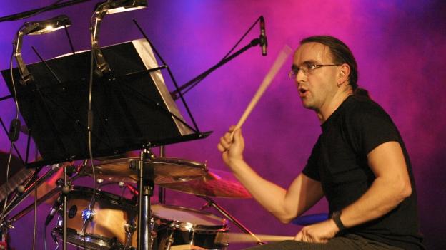 Lavin: Percussiunist Lucas Niggli en La Vouta