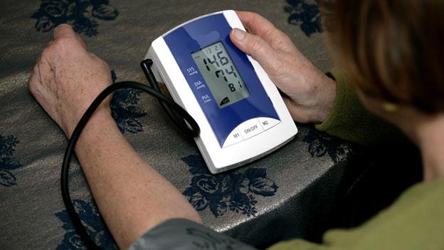 gesundheit blutdruck messen zu hause wann und wie macht. Black Bedroom Furniture Sets. Home Design Ideas
