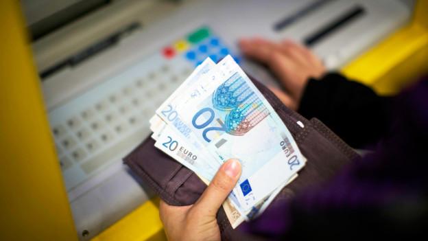 Audio «Eigene Bankkunden beim Geldwechsel benachteiligt» abspielen