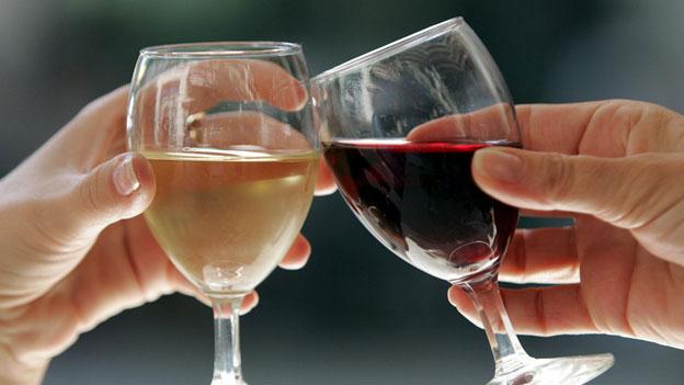 Rotwein macht müde, Weisswein macht wach – Stimmt das?