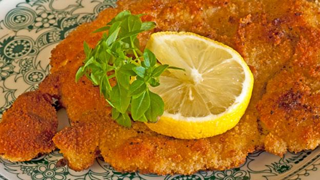 Zitronenschnitz auf dem Schnitzel: Eine Verdauungshilfe?