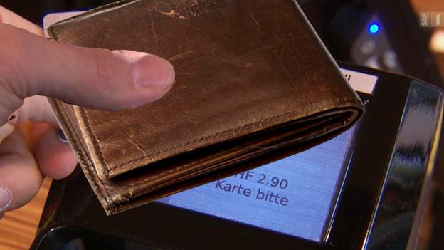 Audio «Kontaktlos bezahlen mit Portemonnaie – ab zwei Karten blockiert» abspielen.