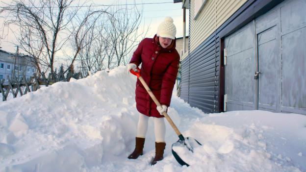 Audio «Rechtsfrage: Darf die Nachbarin Schnee auf mein Grund schaufeln?» abspielen.