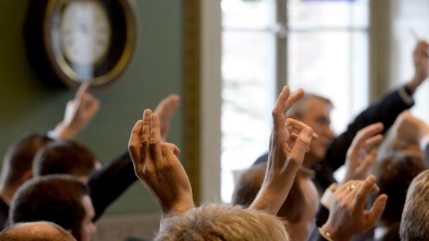 Rechtsfrage: «Darf man bei Versammlungen per Mail abstimmen?»