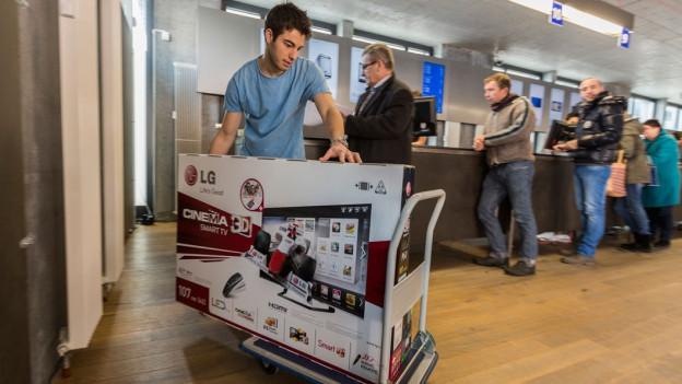 Audio «Digitec verweigert Annahme eines kaputten Fernsehers: zu schwer» abspielen