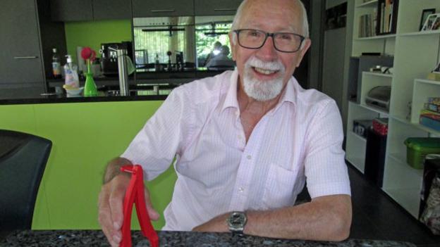 Roland Kyburz und sein Crèmeschnittenschneider