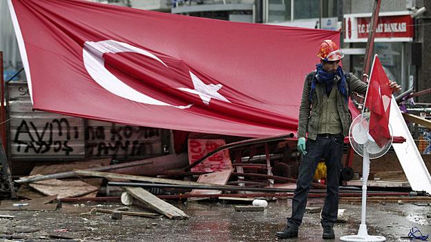 Tränengas, Gummischrot und Wasserwerfer in Istanbul