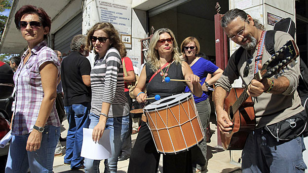 Griechenlands Staatsangestellten steht das Wasser bis zum Hals