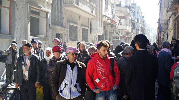 Erste syrische Zivilisten verlassen Altstadt von Homs