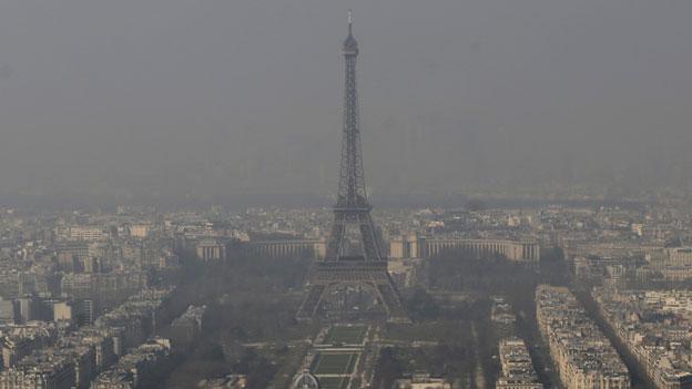 Der graue Eiffelturm verschwindet im grauen Dunst