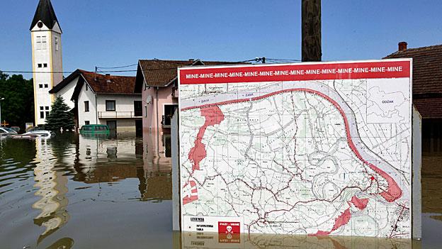 Hilfe nach den Überschwemmungen auf dem Balkan