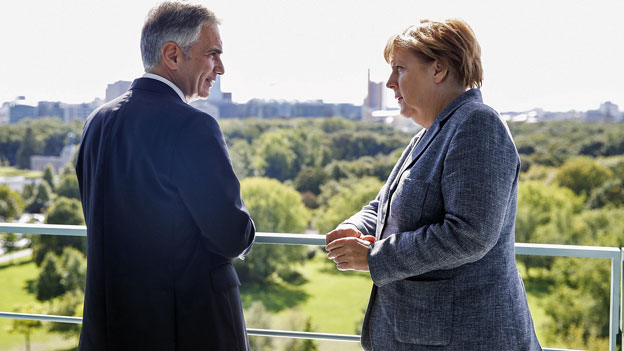 Merkel und Faymann verlangen EU-Sondergipfel