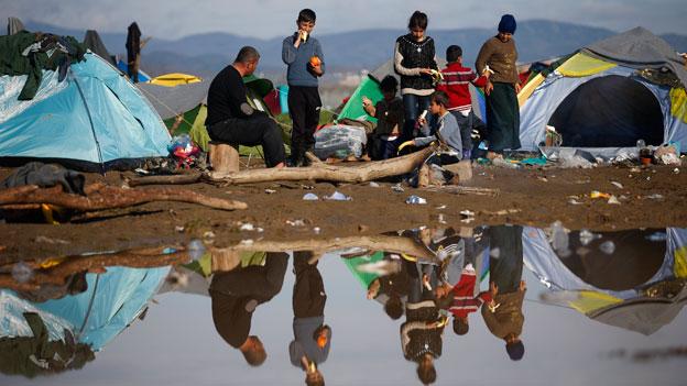 Hunderte Flüchtlinge verlassen Idomeni - Tausende bleiben