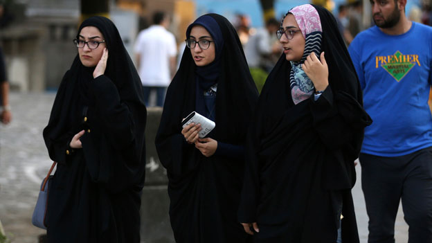 Iranerinnen wehren sich gegen Kopftuchzwang