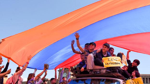 Sarkissian tritt wegen Protesten als armenischer Premier zurück