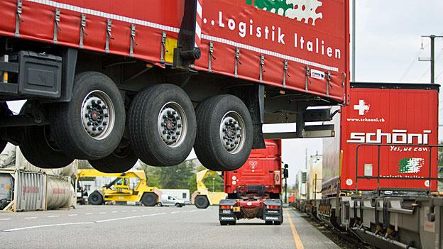 Güterverkehr - Strassen belasten und Schiene entlasten