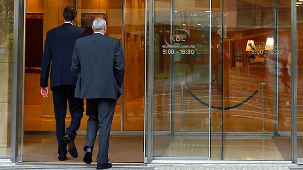 Bankpersonal fordert eine Entschuldigung