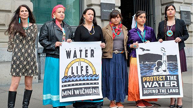 Sioux-Indianerinnen am Zürcher Paradeplatz