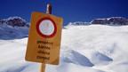 Skifahren abseits von gesicherten Pisten ist bei Lawinengefahr lebensgefährlich.