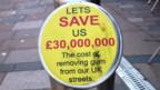 Schild an Kaugummi-Kübel in Schottland.