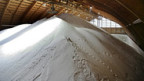 Salz in der Lagerhalle der Rheinsaline Schweizerhalle.