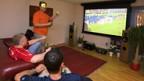 Problemlos: Private Fussballparty im Wohnzimmer.