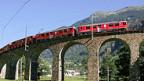 Die Berninabahn auf dem Kreisviadukt bei Brusio.