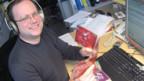 Redaktor Matthias Schmid beim CD-Vergleich.