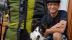 SRF-Digitalredaktor Reto Widmer hat beim Wandern Hund und Handy mit dabei.