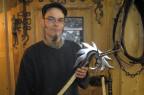 Der Winterthurer Reto Zürcher hat vor 8 Jahren die Schmiede in Huttwil übernommen. Pferde beschlägt er auch, vor allem aber schmiedet er historische Waffen.