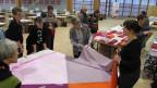 Freiwillige kommen in die OLMA-Hallen, um an der grössten Picknick-Decke der Schweiz zu nähen.