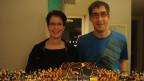 Ramona und Patrick von Felten vor ihrem aus Legosteinen gebauten Eisstadion.