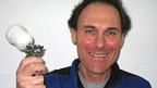 Stefan Grombach mit Spritzpistole.
