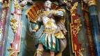Ein Statue von einem Mann in Ritterkleidung.