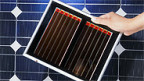 Eine Farbstoff-Solarzelle der ETH Lausanne und eine traditionelle Solarzellen (im Hintergrund)