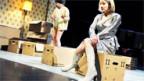 Zügelkartons auf der Bühne: Szene aus «Auspacken».