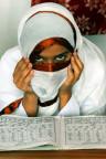 Muslimisches Mädchen lernt den Koran in Pakistan.