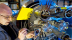 Letzte Vorbereitungen an einem reparierten Magneten im LHC.