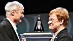 Die finnische Präsidentin Tarja Halonen überreicht Michael Grätzel den Technologiepreis.