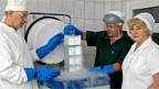 Forscher in einer Kryobank.