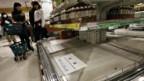 Leere Mineralwassergestelle in einem japanischen Supermarkt.