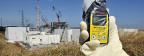 Messung der Radioaktivität bei den Reaktorblöcken in Fukushima.