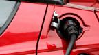 Wirklich umweltfreundlich: Elektroauto beim Tanken.