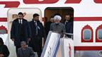 Indiens Premier Singh verlässt das Flugzeug in Peking.