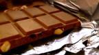 Schweizer Schokolade enthält Milchpulver.