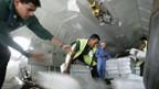 Ein Flugzeug wird mit Hilfsgütern beladen.