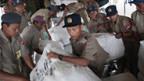Das Militär verteilt sporadisch Güter an die Notleidenden.