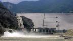 Staudamm in Zipingpu: Um einen Bruch zu verhindern, muss Wasser abgelassen werden.